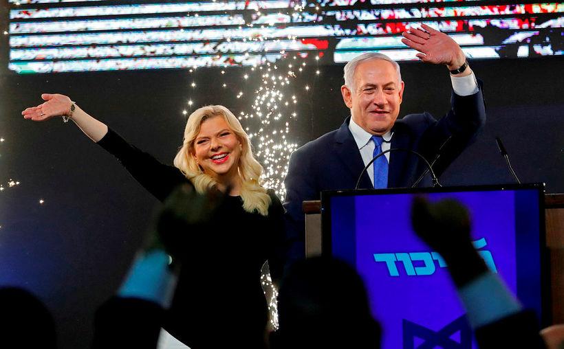 Sara og Benjamin Netanyahu fagna niðurstöðum úr kosningum í apríl.