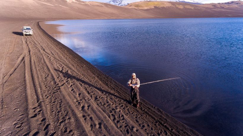 Vargurinn kastar á Sauðafellsvatn. Einungis er veitt á flugu í ...