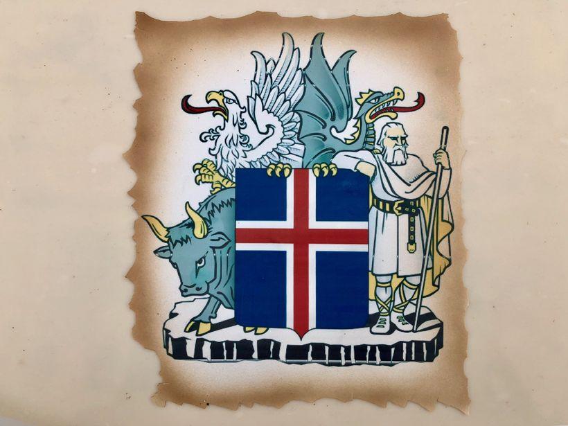 Skjaldarmerkið er vígalegt á kökunni.