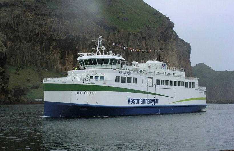 Herjólfur kemur til Vestmannaeyja.
