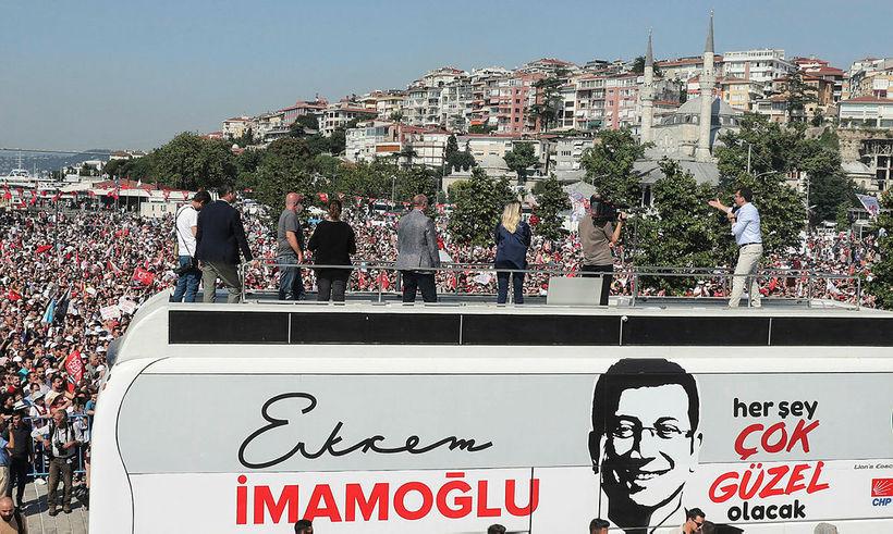 Ekrem Imamoglu á kosningafundi í Istanbúl í dag.
