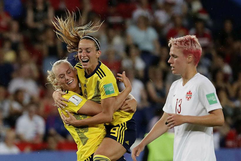 Stina Blackstenius og Kosovare Asllani fagna sigurmarkinu gegn Kanada.