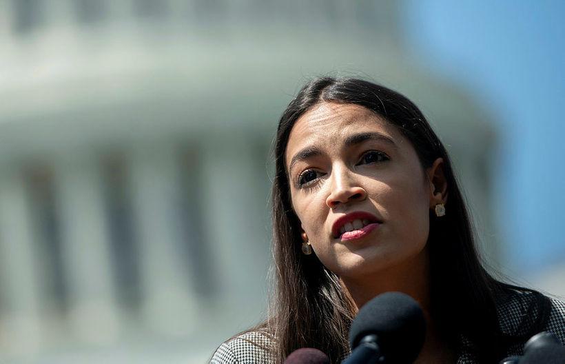 Alexandria Ocasio-Cortez, þingmaður demókrata í New York-ríki, er meðflutningsmaður Bernie ...