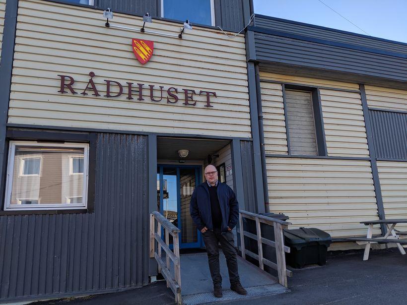 Trond Einar Olaussen, bæjarstjóri í Gamvik, fyrir framan Ráðhúsið í ...