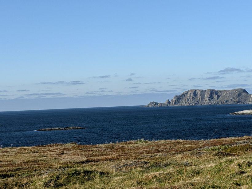 Bæjarstjórinn bauð í bíltúr eftir viðtalið. Horft út á Barentshafið …