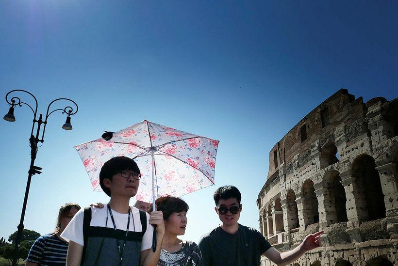 Ferðamenn á gangi í Róm.