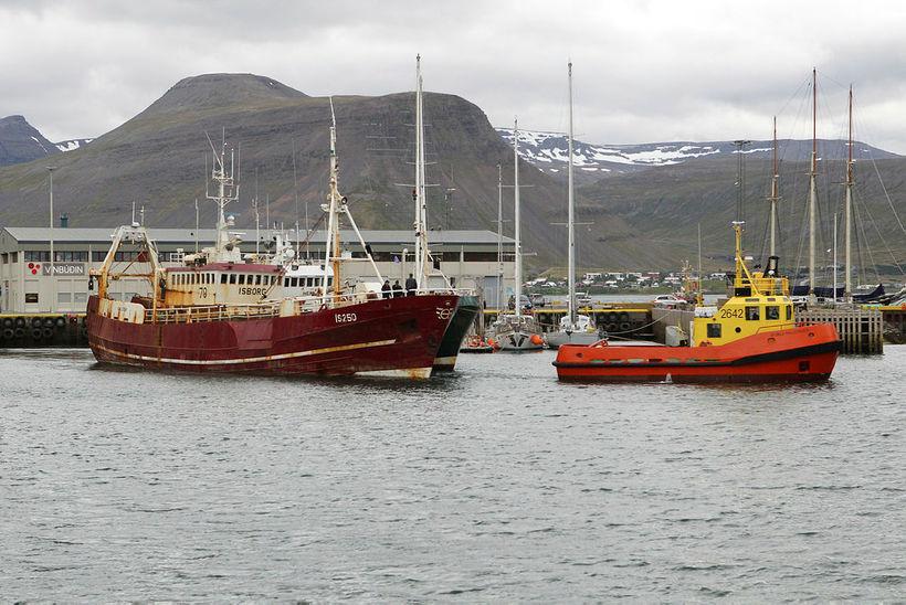 Ísborg og Hera sigla úr Ísafjarðarhöfn í fyrra skiptið.