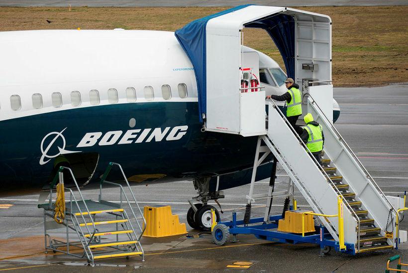 Starfsmenn fyrir framan Boeing 737 MAX-flugvél í mars síðastliðnum í ...
