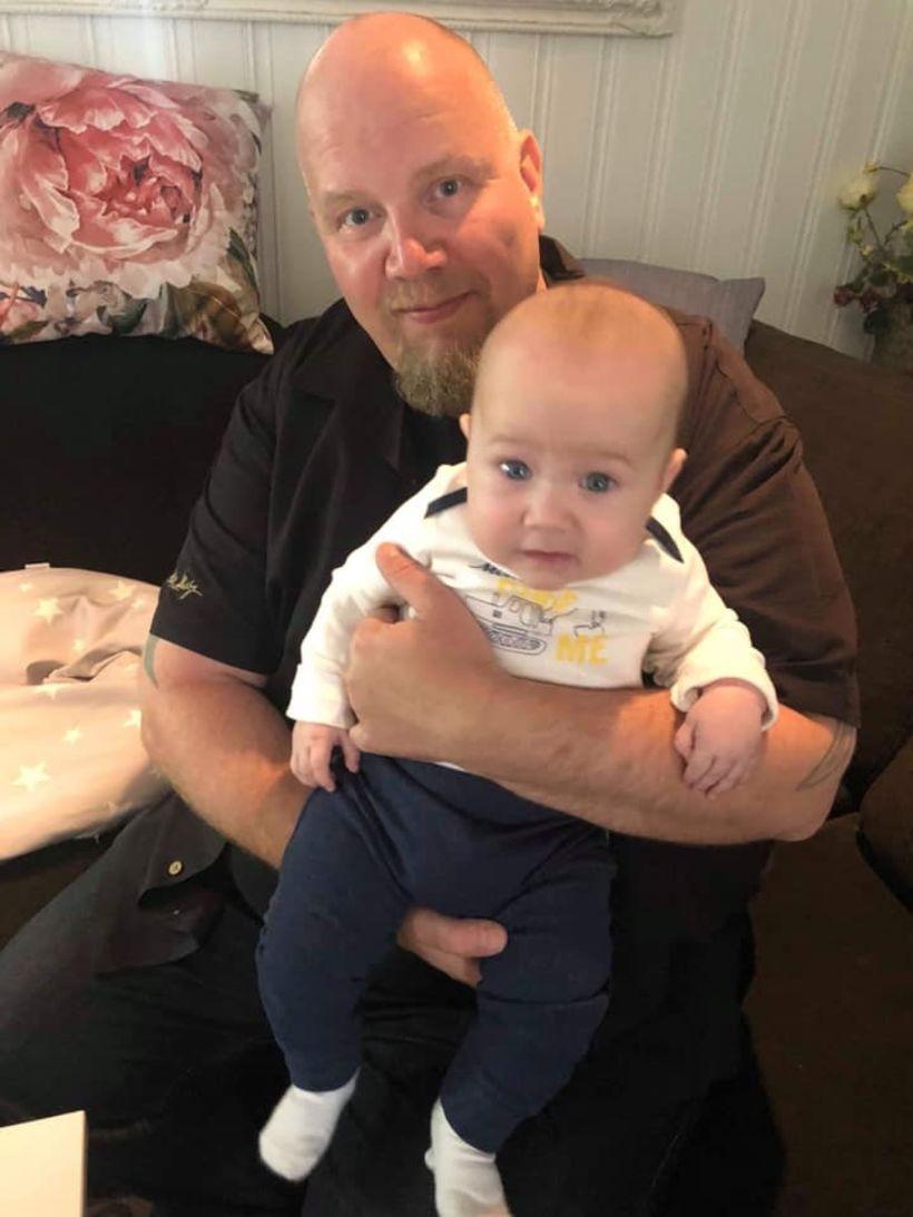 Kolbjørn kokkur með sitt yngsta barnabarn af þremur, William, í …
