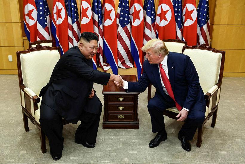 Kim Jung-un leiðtogi Norður-Kóreu og Donald Trump, forseti Bandaríkjanna heilsast.
