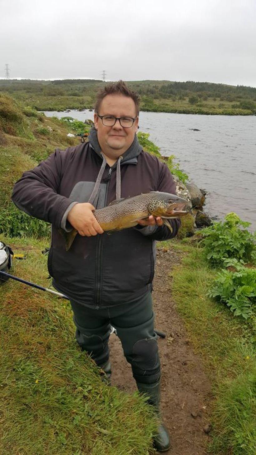 Friðrik Ottó Friðriksson með rúmlega fjögra punda urriða úr Elliðavatni.