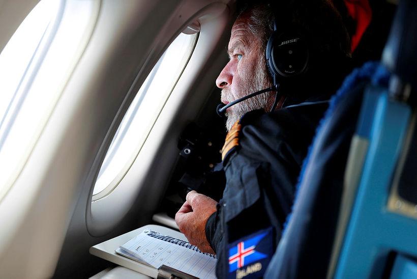 Friðrik horfir yfir hafísinn út um glugga TF-SIF.