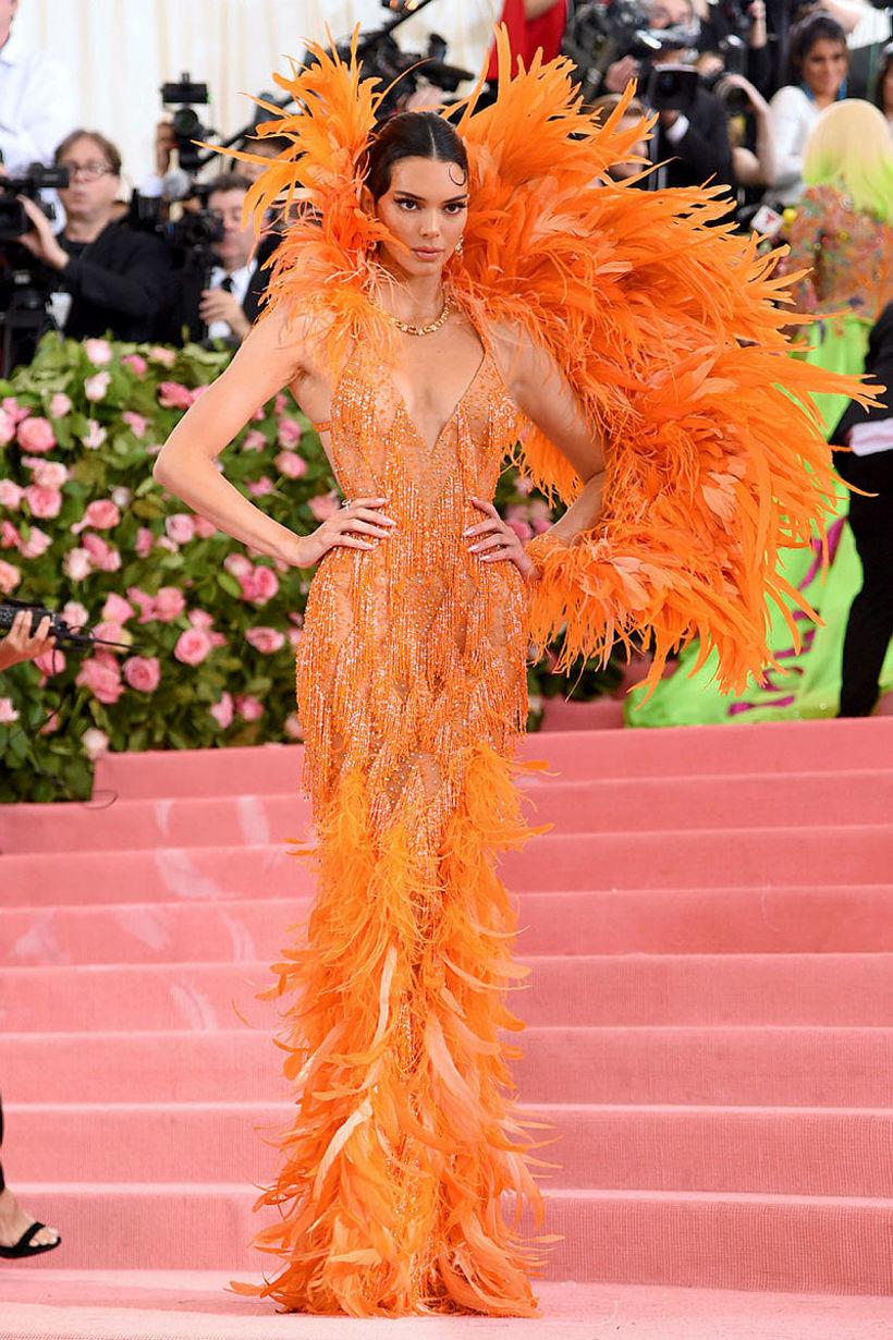 Fyrirsætan Kendall Jenner í appelsínugulum og gegnsæjum Versace-kjól á Met ...