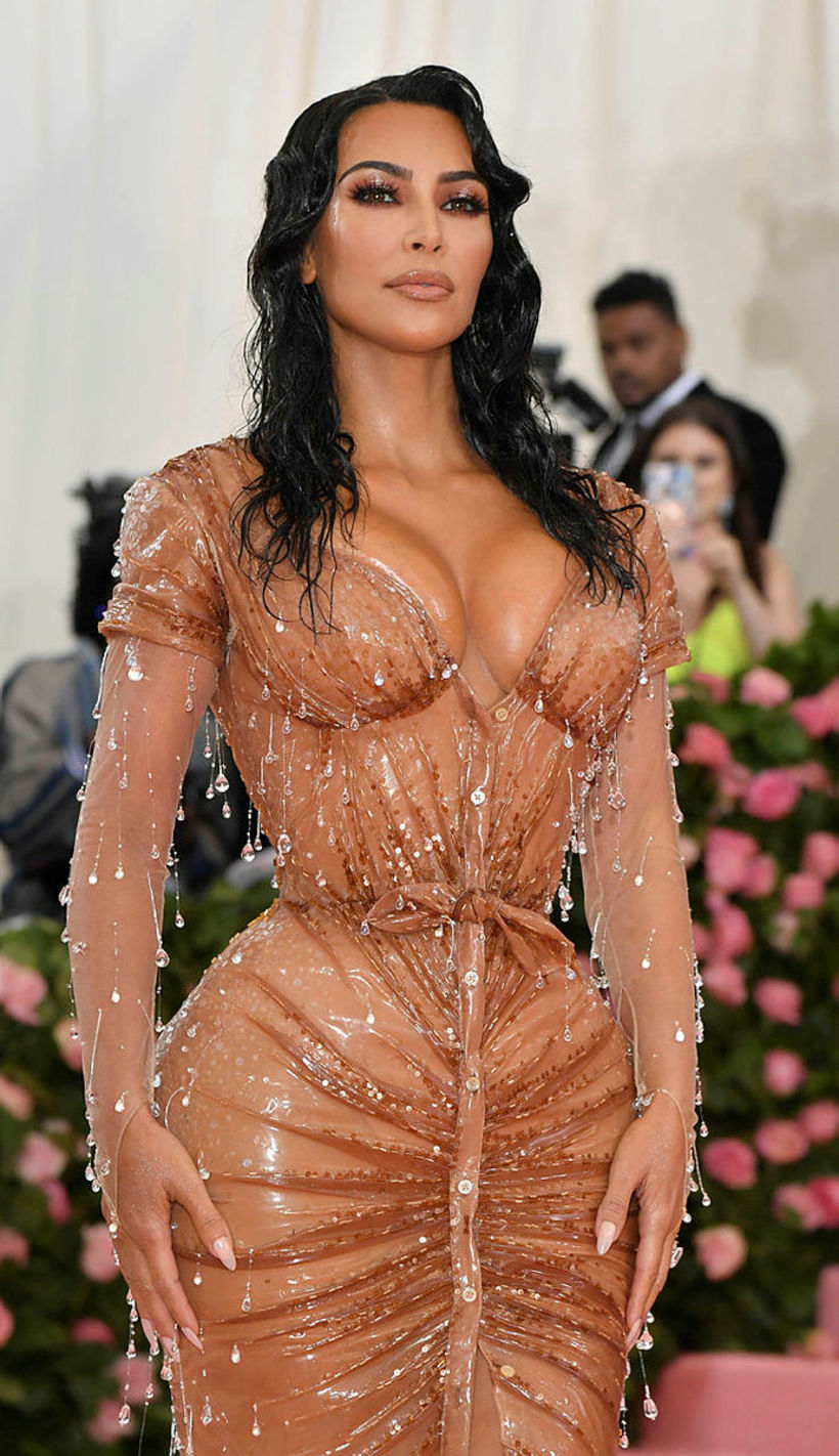 Mitti Kim Kardashian virtist aldrei hafa verið minni í kjólnum.