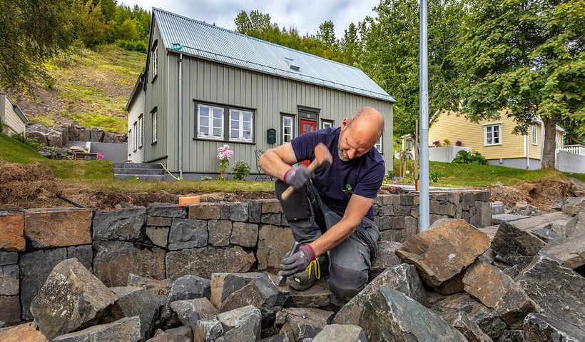 Eiríkur Arnar við vegghleðsluna á Akureyri