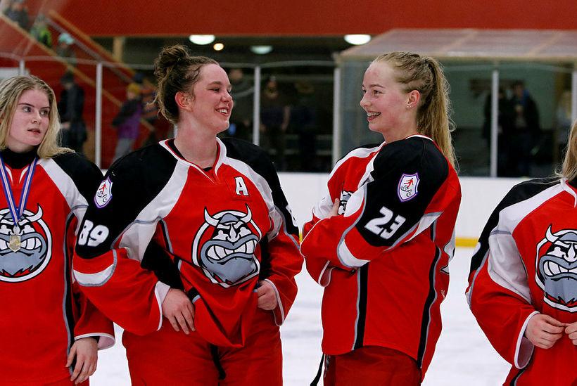 Silvía Björgvinsdóttir og Sunna Björgvinsdóttir ræða saman.