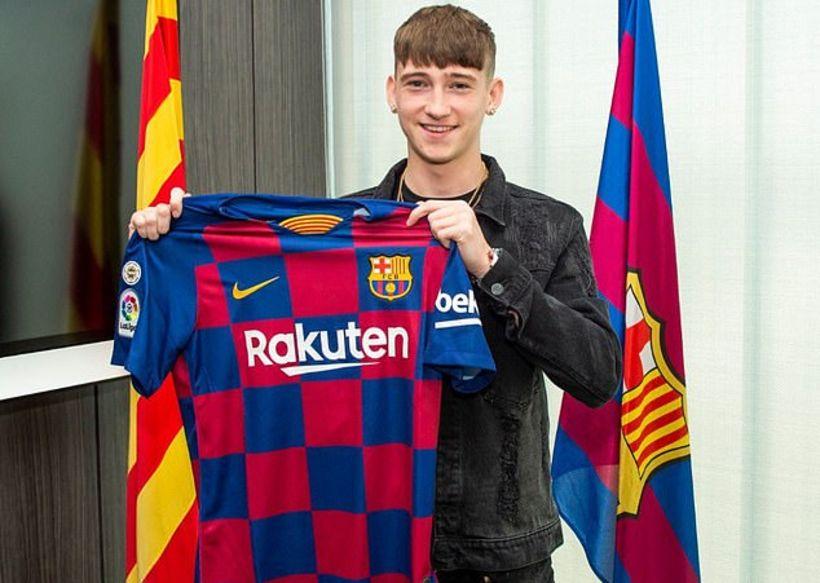 Louie Barry með treyju Barcelona.