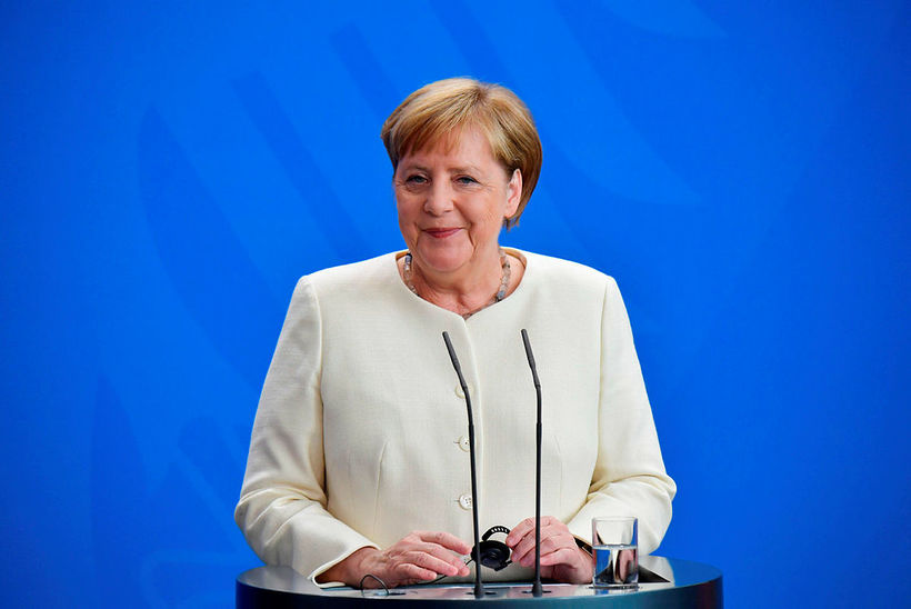 Á myndskeiðunum af Merkel skjálfa sést ekki hvenær hún stendur ...