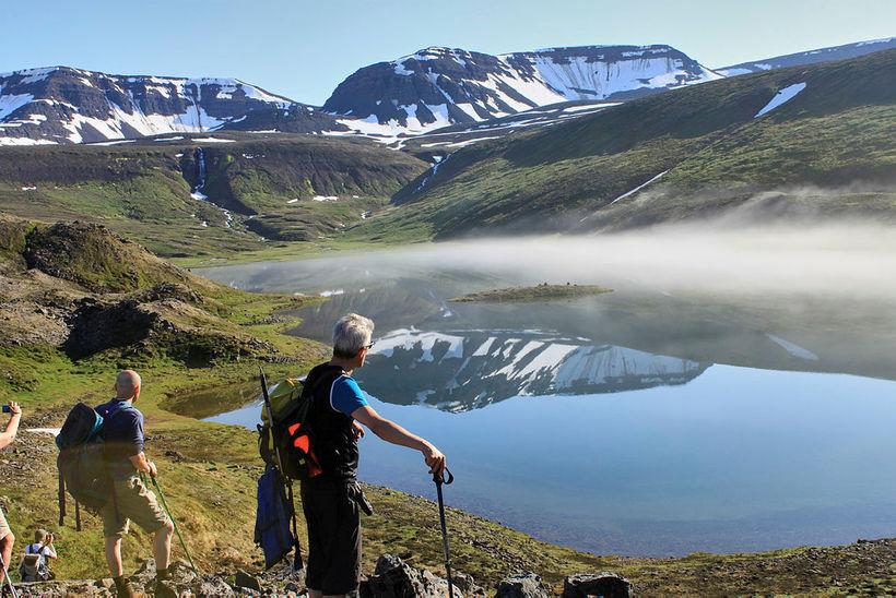 Í sól og blíðu við Tungudalsvatn í Fljótum.