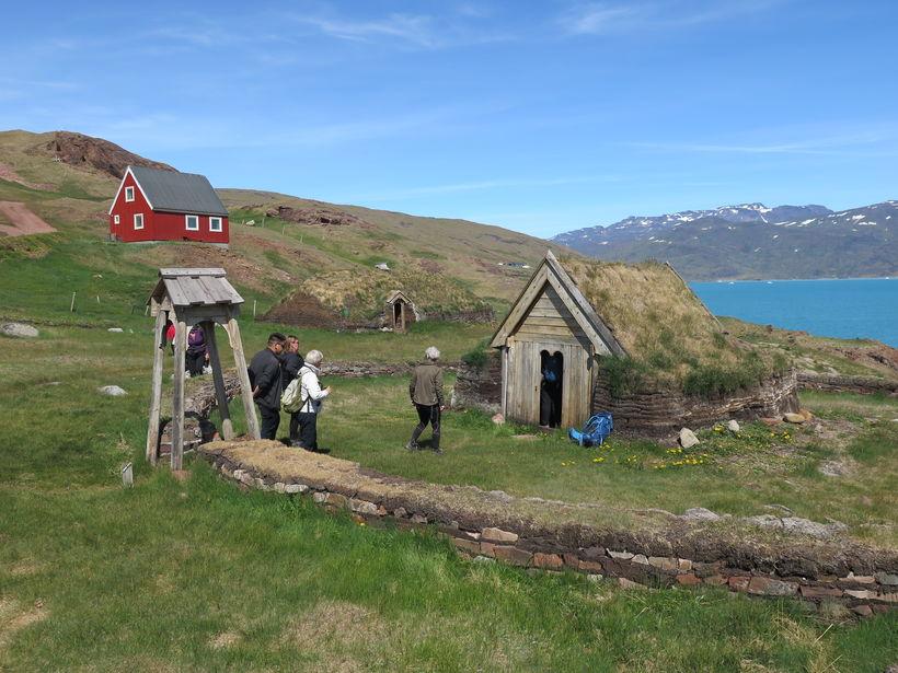 Tilgátubyggingarnar Þjóðhildarkirkja í forgrunni og skllinn í baksýn.