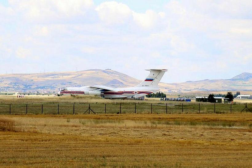 Rússnesk herflugvél á Murted-herflugvellinum í Ankara. Tyrkir fengu fyrsta hluta ...