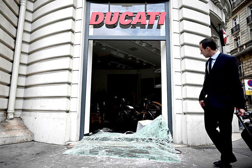 Ducati-mótorhjólabúð við Champs-Elysees breiðgötuna í París var rænd af alsírskum …
