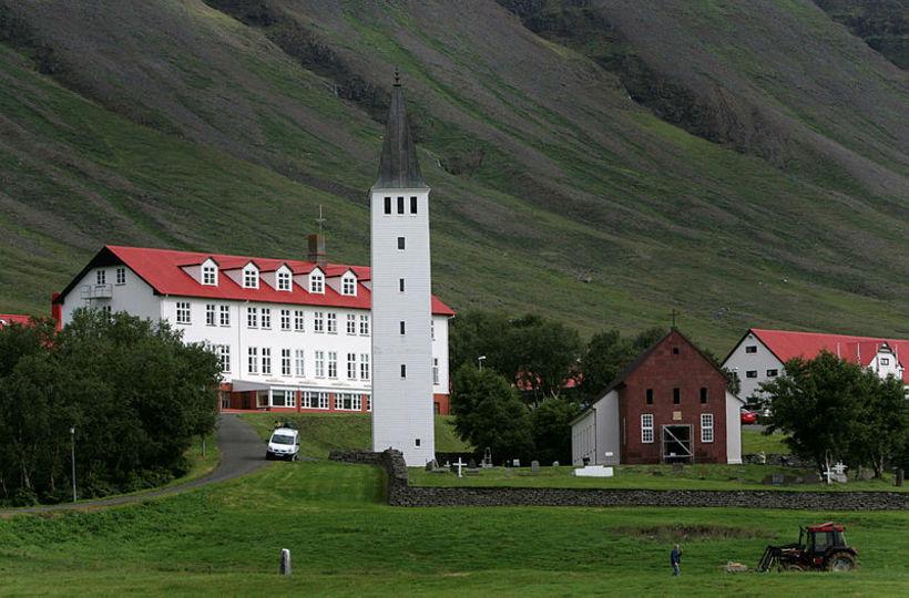 Skólahúsið og klukkuturninn eru Þorsteini kær. Kirkjuturninn er sérstakur minnisvarði ...