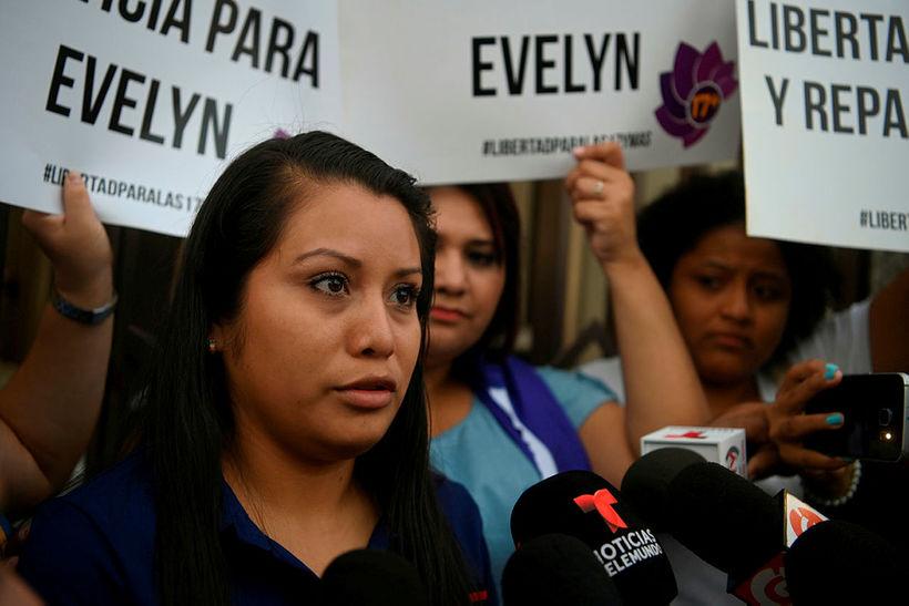 Evelyn Beatríz Hernández Cruz fyrir utan dómstólinn í San Salvador. ...