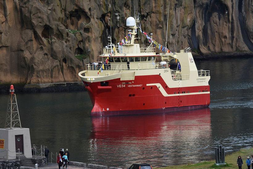 Vestmannaey siglir inn í Vestmannaeyjahöfn.