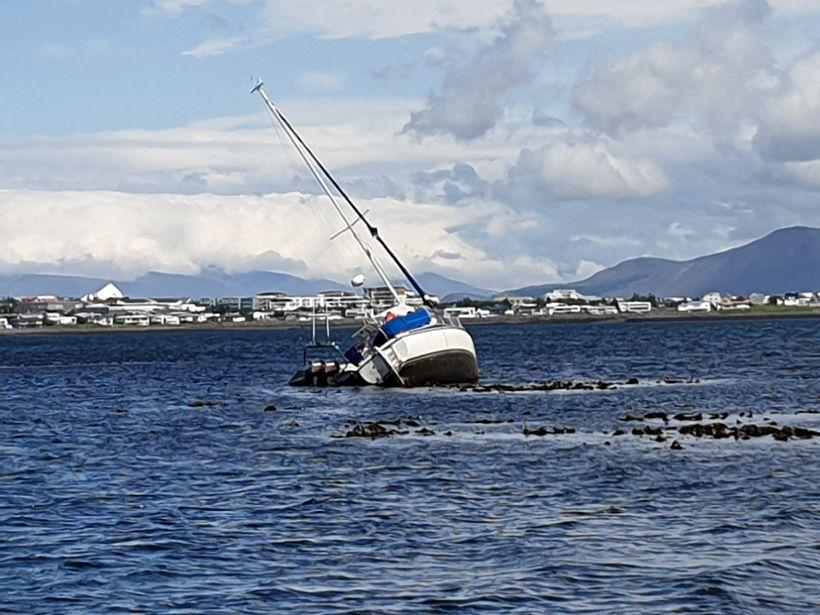 Reynt verður að koma skútunni í land síðar í dag.