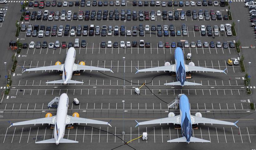 Kyrrsettar MAX-vélar sjást hér standa á bílastæði starfsmanna Boeing-verksmiðjanna í ...