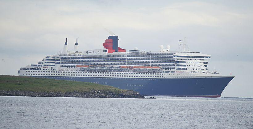 Queen Mary 2 sést hér sigla fram hjá Engey á ...