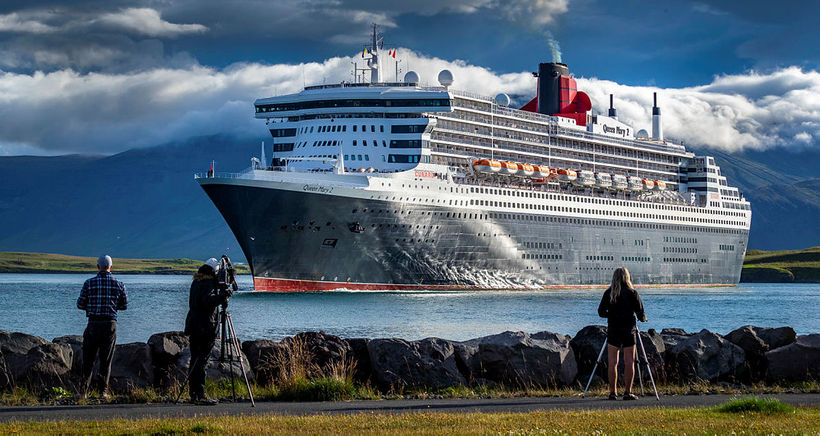 Skémmtiferðarskipið Queen Mary 2 kom að landi í Reykjavík í ...