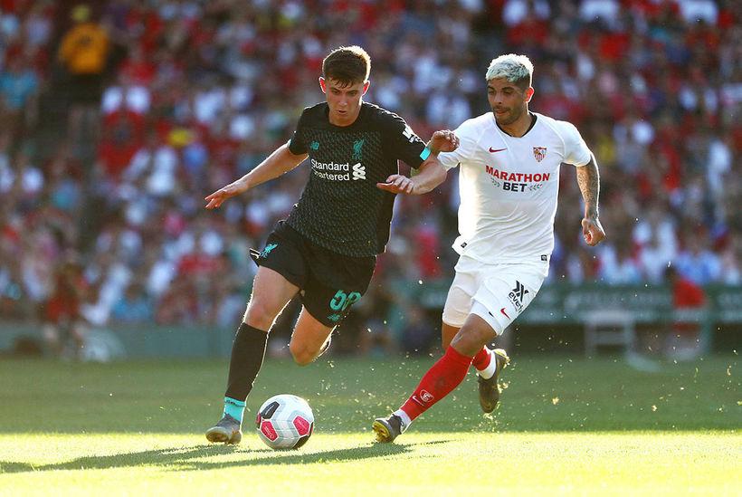 Ben Woodburn hjá Liverpool með boltann í leiknum gegn Sevilla ...