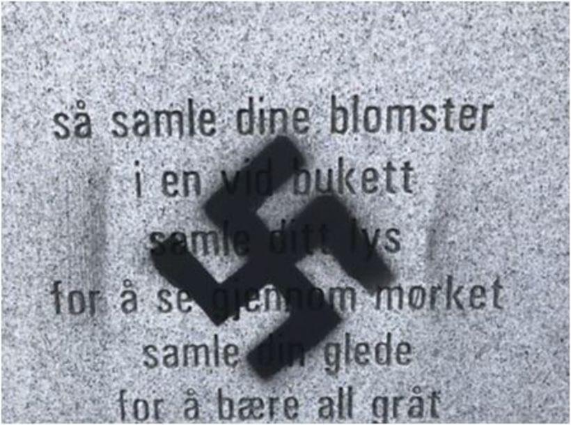 Þessi ófagra skreyting blasti við árrisulum íbúum Tønsberg í morgun, ...