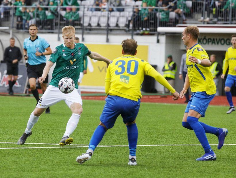 Thomas Mikkelsen býr sig undir að skjóta að marki Grindavíkur ...