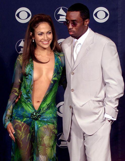 Jennifer Lopez í kjólnum eftirminnilega á Grammy-verðlaunahátíðinni árið 2000 ásamt …