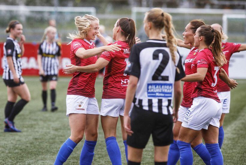 Elín Metta Jensen og Hallbera Guðný Gísladóttir fagna eftir að ...