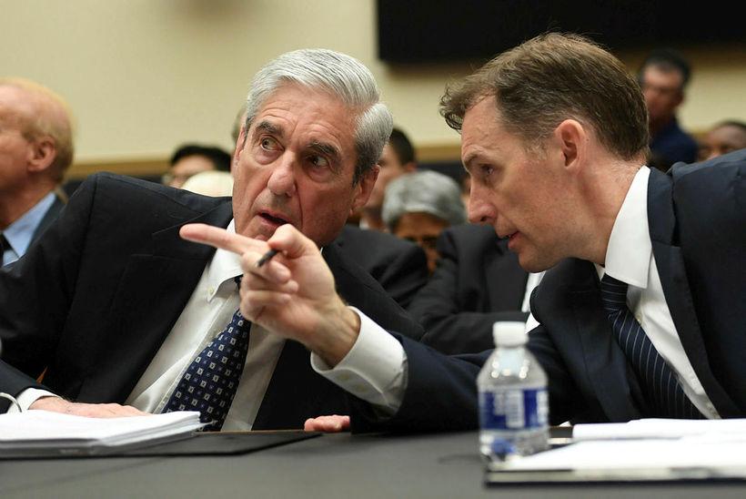 Mueller ásamt ráðgjafa sínum.