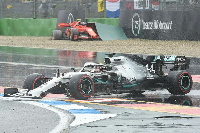 Lewis Hamilton skreiðist inn á brautina eftir að hafa skollið …