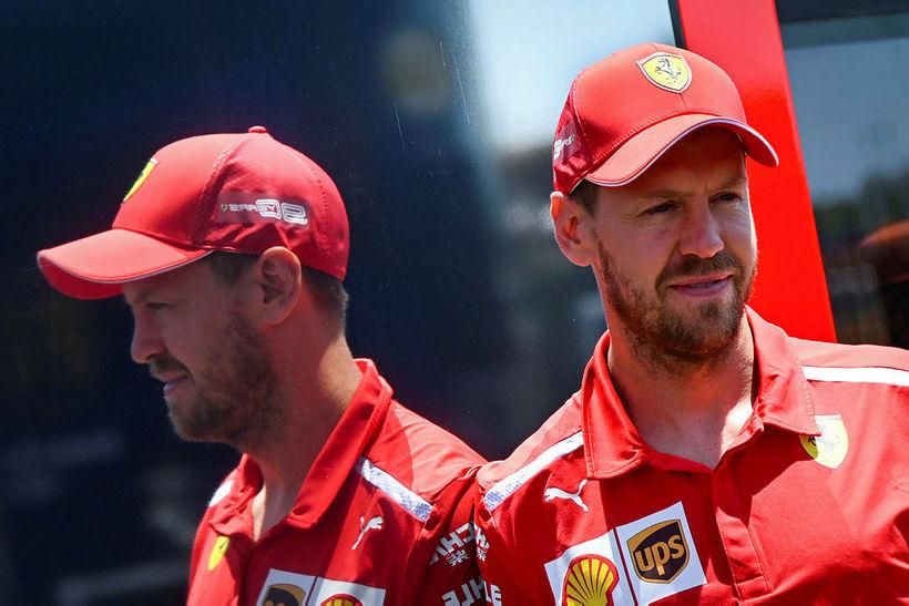 Sebastian Vettel stillir sér upp í dag fyrir ljósmyndara sem ...