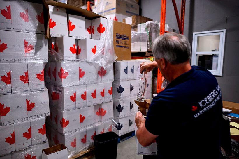 Kerry Chaulk selur borgarísvatn á glerflöskum fyrir 16 Kanadadollara flöskuna.