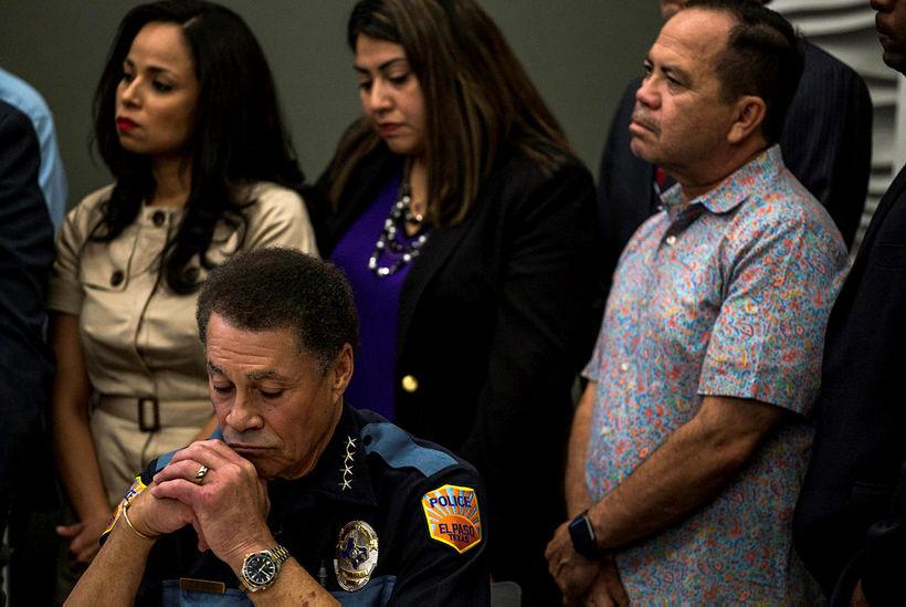 Greg Allen lögreglustjóri í El Paso (t.v.) á blaðamannafundi í …