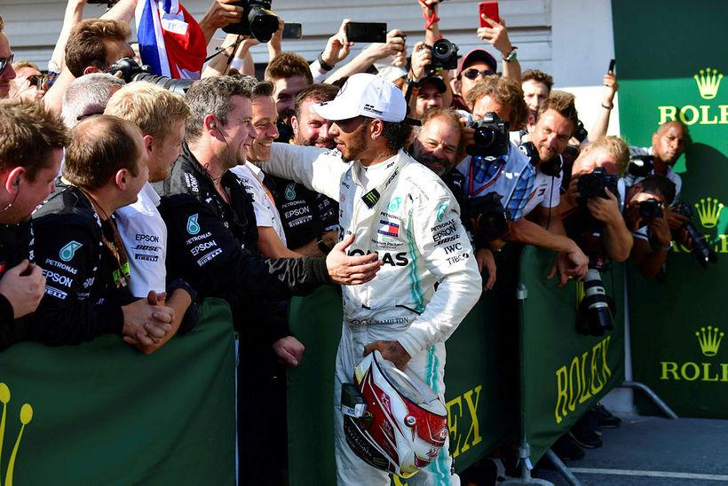 Lewis Hamilton fagnar sigrinum í Búdapest með aðstoðarmönnum sínum.