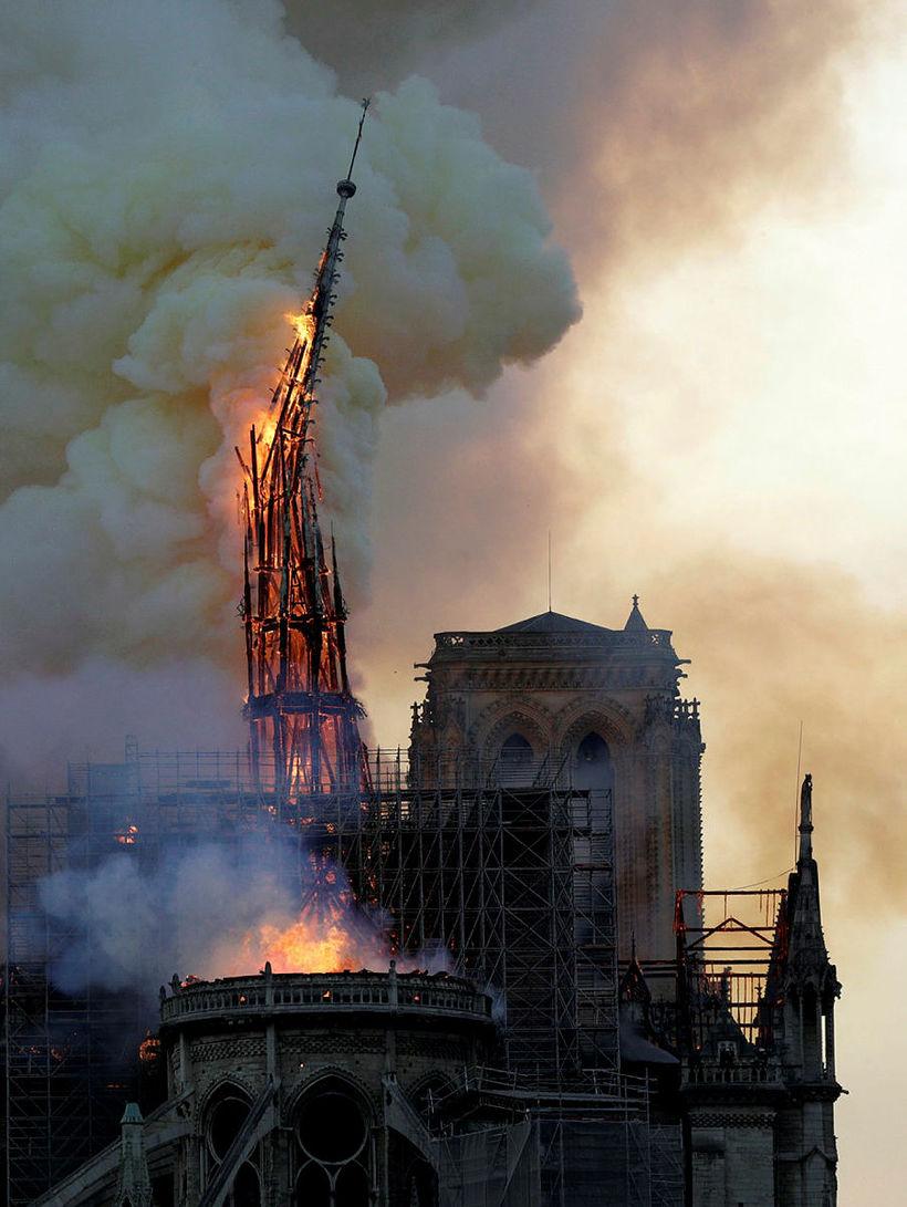 Turnspíran í þaki Notre Dame hrynur í eldinum 15. apríl. …