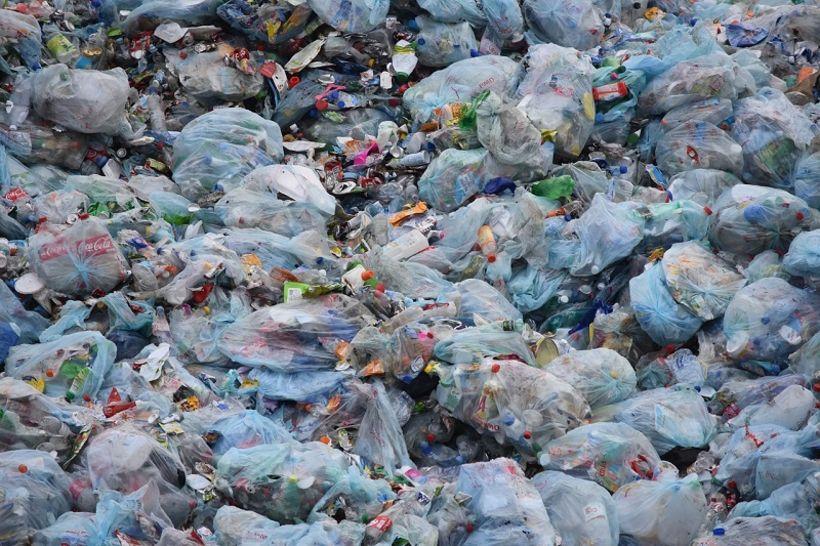 Óhugnanlega miklu plasti og rusli er hent daglega í Víetnam.
