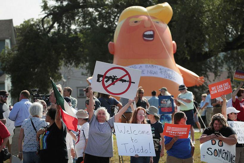 Mótmælendur fyrir utan Miami Valley sjúkrahúsið í Dayton. Trump heimsótti …