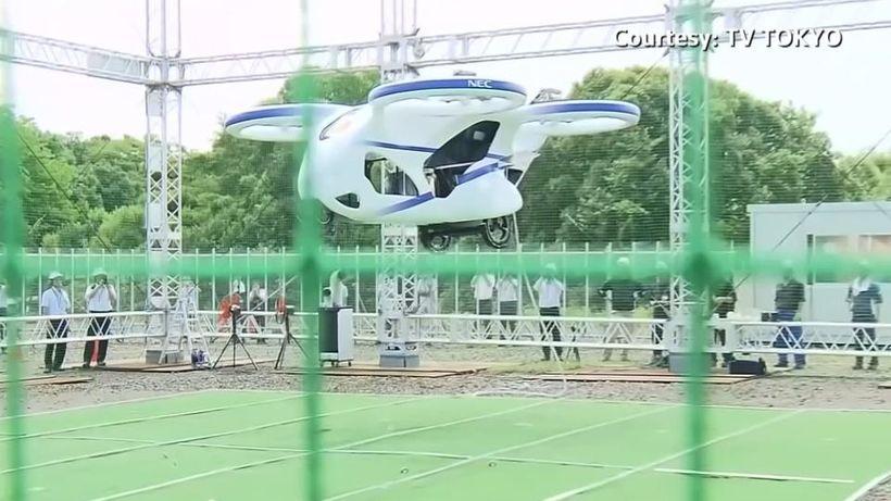 Flugbíll NEC vokar við frumsýningu hans í Japan.