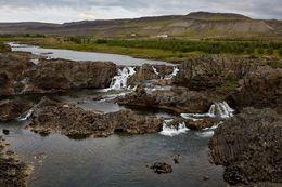 Myndin tekin um verslunarmannahelgina óm má sjá afrennsli fossins til vinstri er orðið þurrt.