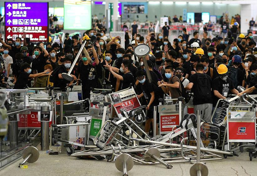 Frá mótmælum á alþjóðaflugvellinum í Hong Kong í dag.